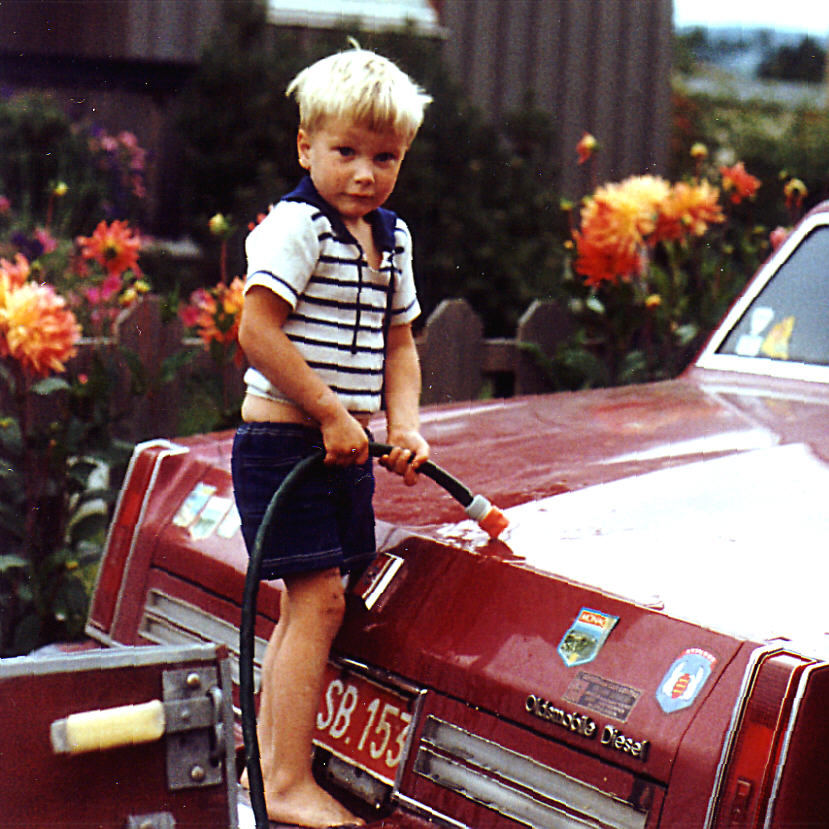 Øyvind vasker bil1 (2)Hos Olav og Torild